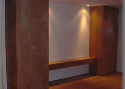 Armoires en panneaux plaqués chêne avec une étagère
