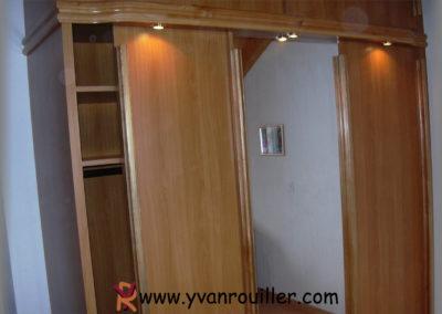Armoire avec 3 portes coulissantes et bandeau lumineux