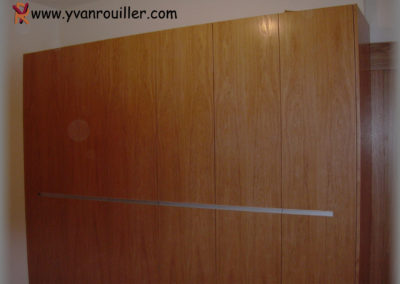Armoire en panneaux plaqués chêne verni