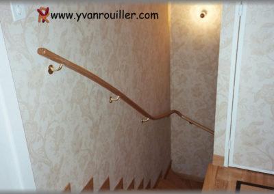 Main-courante en chêne suivant la courbe de l'escalier