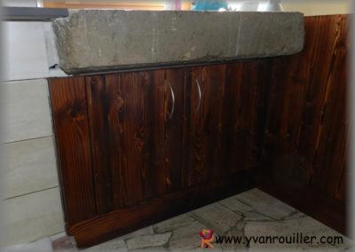 Meuble sous-évier en sapin teinté verni