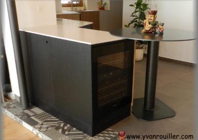 Meuble de cuisine en panneaux plaqués chêne scié peint en noir mat