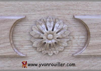 Sculpture d'une rosace en chêne posée sur une porte d'entrée