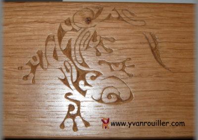 Geiko sculpté sur une poutre en chêne verni