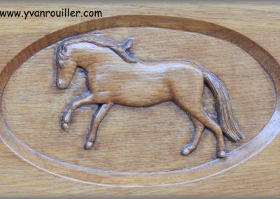 Cheval en chêne sculpté pour une porte d'entrée