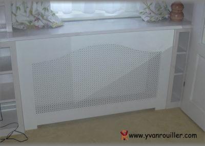 Cache-radiateur en sapin lasuré avec une tôle perforée