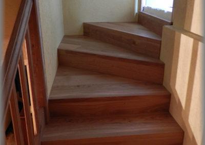 Doublage escalier béton avec lames de parquet en chêne.