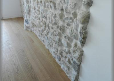 Parquet chêne verni contre un mur en pierre