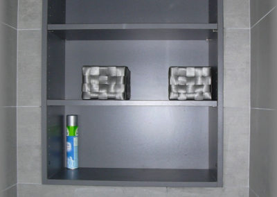 Etagère ajustée dans une niche.