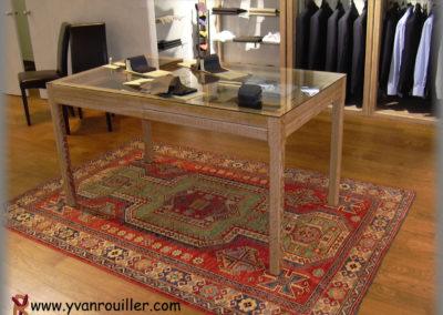 Table présentoir en chêne massif cérusé verni