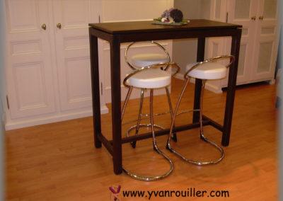 Table bar en chêne teinté verni