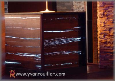 Face de bar en lames de chêne fendues avec éclairage en  LED