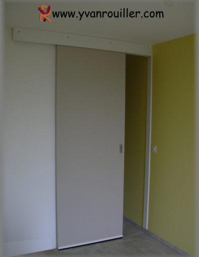 Porte de communication coulissante peinte, porte plane.