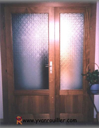 Porte de communication assemblée en chêne teinté verni