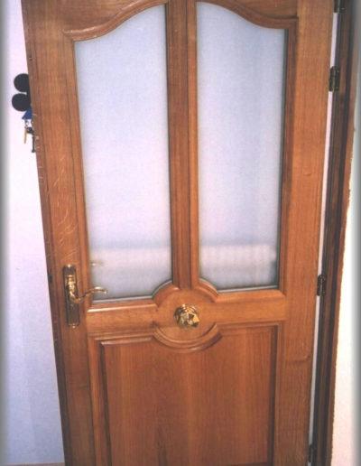 Porte d'entrée assemblée en chêne lasuré