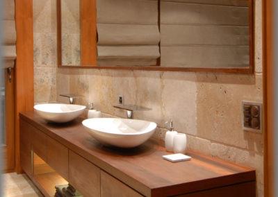 Meuble de salle de bain et cadre de miroir en mélèze