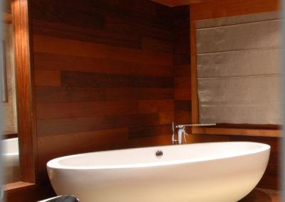 Salle de bain : estrade, faux-plafond et mur en ipé